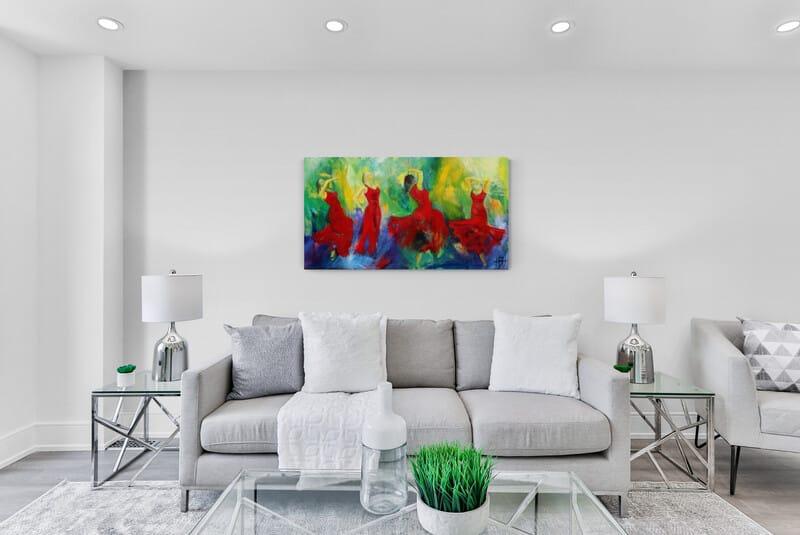 Maleri af røde damer over sofaen i stuen
