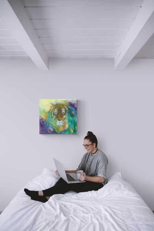 Maleri af tiger over sengen