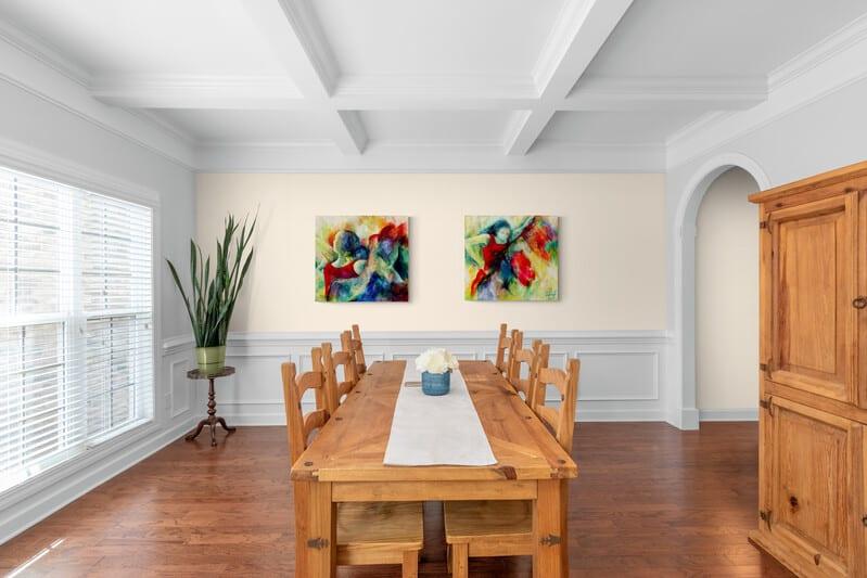 Malerier på væggen i spisestuen