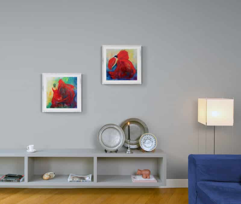 Små malerier med ramme på væggen