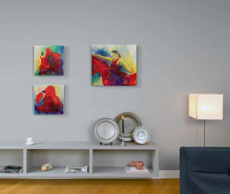 Små malerier på væggen