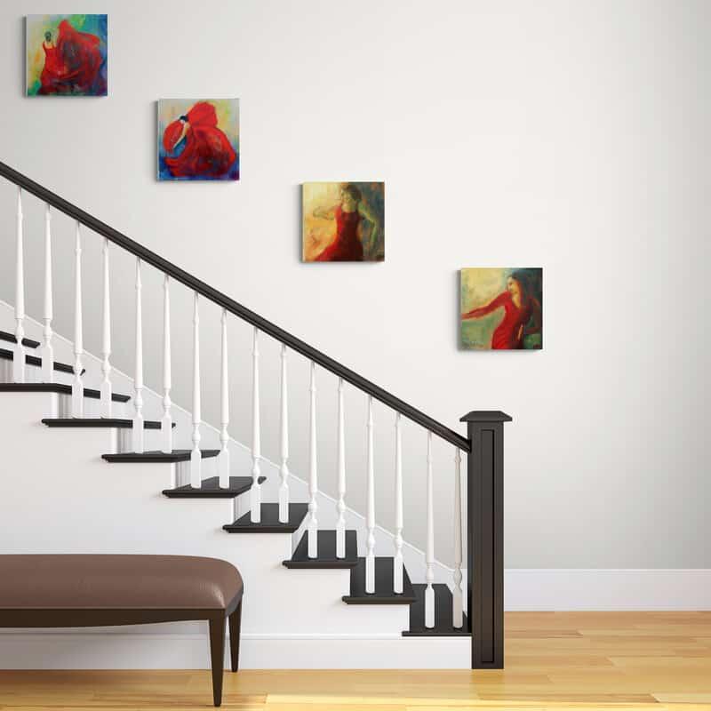 Små malerier på væggen  ved trappen