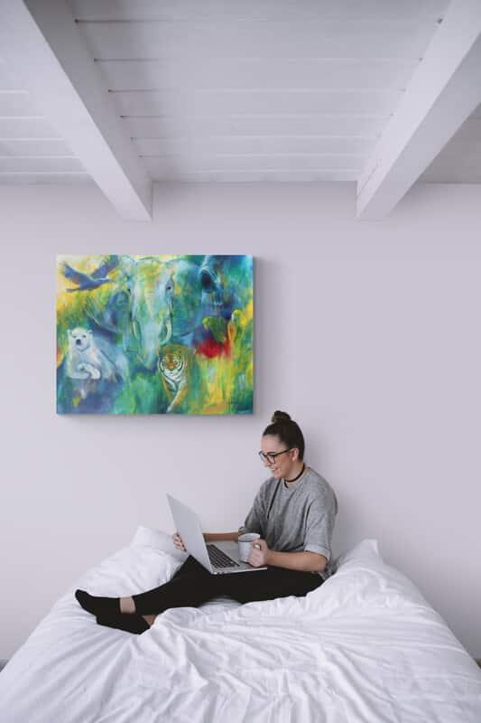 Maleri af dyr over sengen