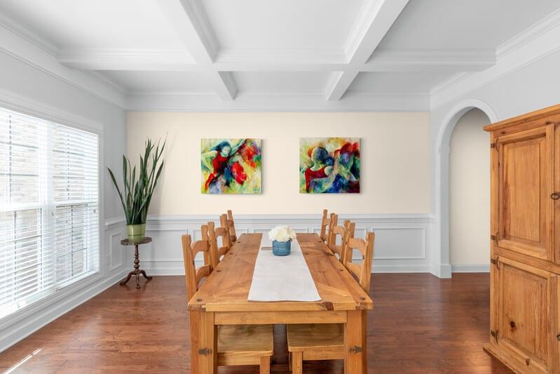 Malerier i spisestuen
