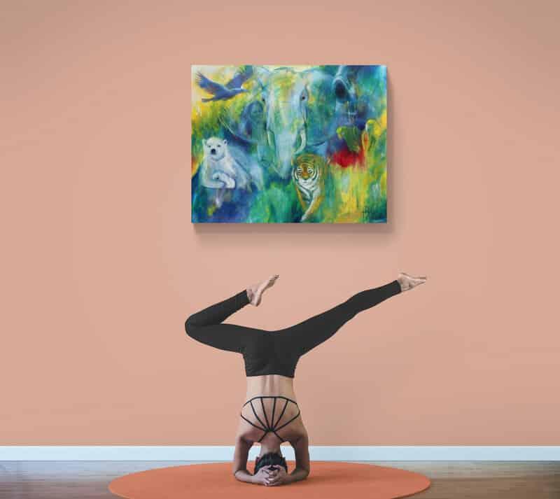 Yoga og malerier af dyr på væggen