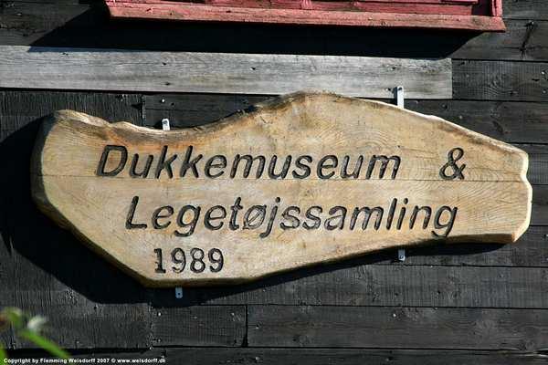 Skuldelev Dukkemuseum. Besøg kunstner i Skuldelev