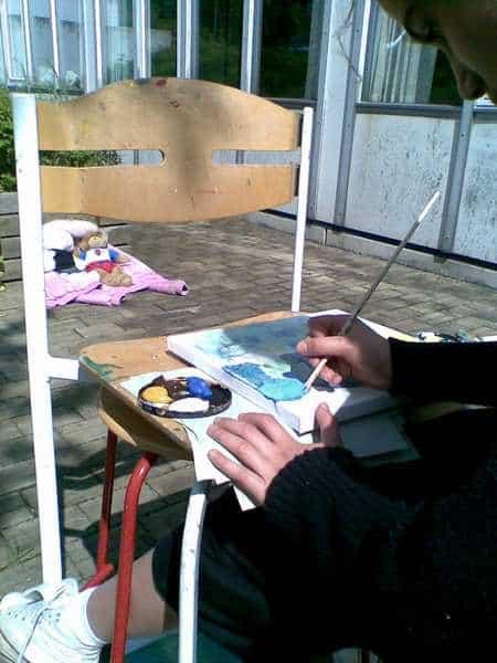 Maleelev der lærer at male