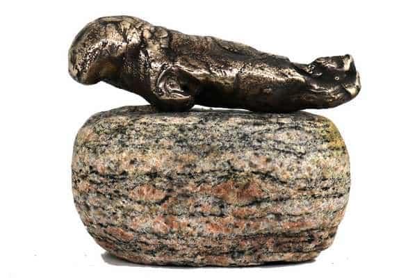 bronzeskulptur af sæl på sten