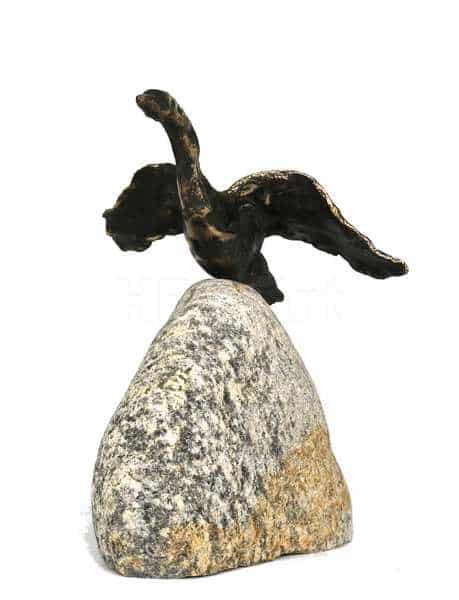 bronze-skulptur af svane der letter