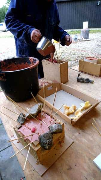bronzestøbning - Voksfigurene dækkes med gips